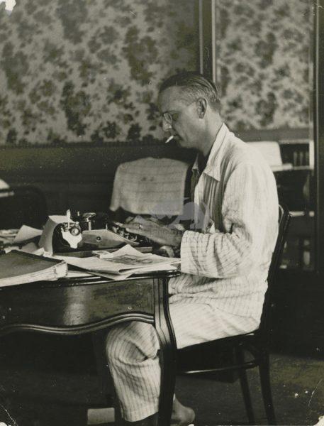 Giuseppe Ambrosini, in pigiama, alla macchina da scrivere, Giro di Francia: Nizza 1933. Foto C. Gherlone