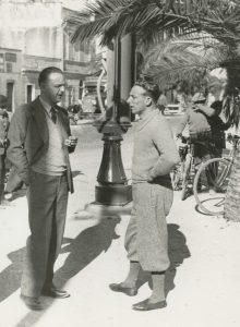 L' Avvocato Ambrosini conversa con Michele Mara la freccia bianca celeste del 1930, 1925