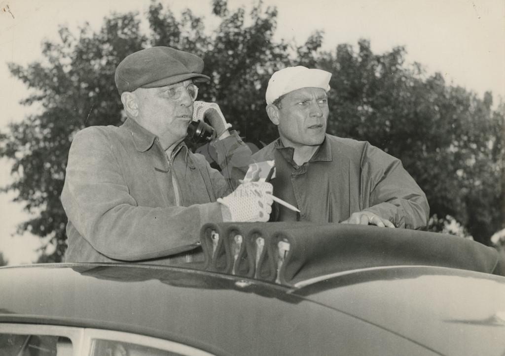 Giro d'Italia 1954: Giuseppe Ambrosini al telefono. Foto C. Martini