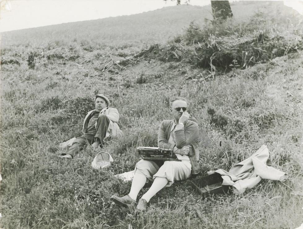 Giro d'Italia 1935: seduto in un prato con la macchina da scrivere