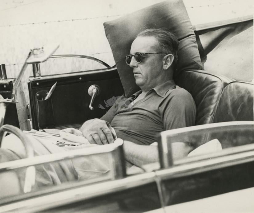 Dorme in un'auto scoperta: Giro d'Italia 1939
