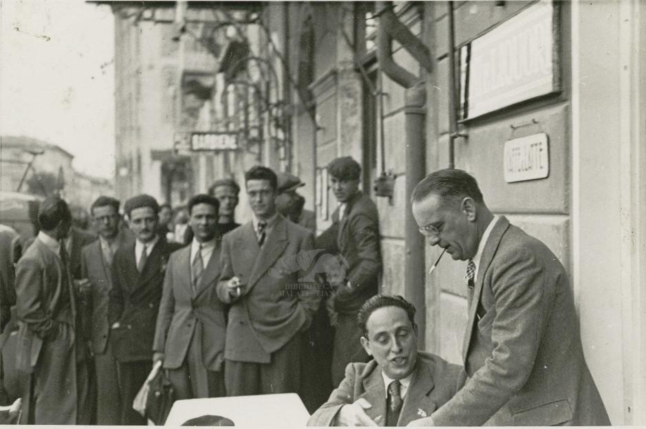 Giro d'Italia 1939: controlla dei documenti osservato dalla folla