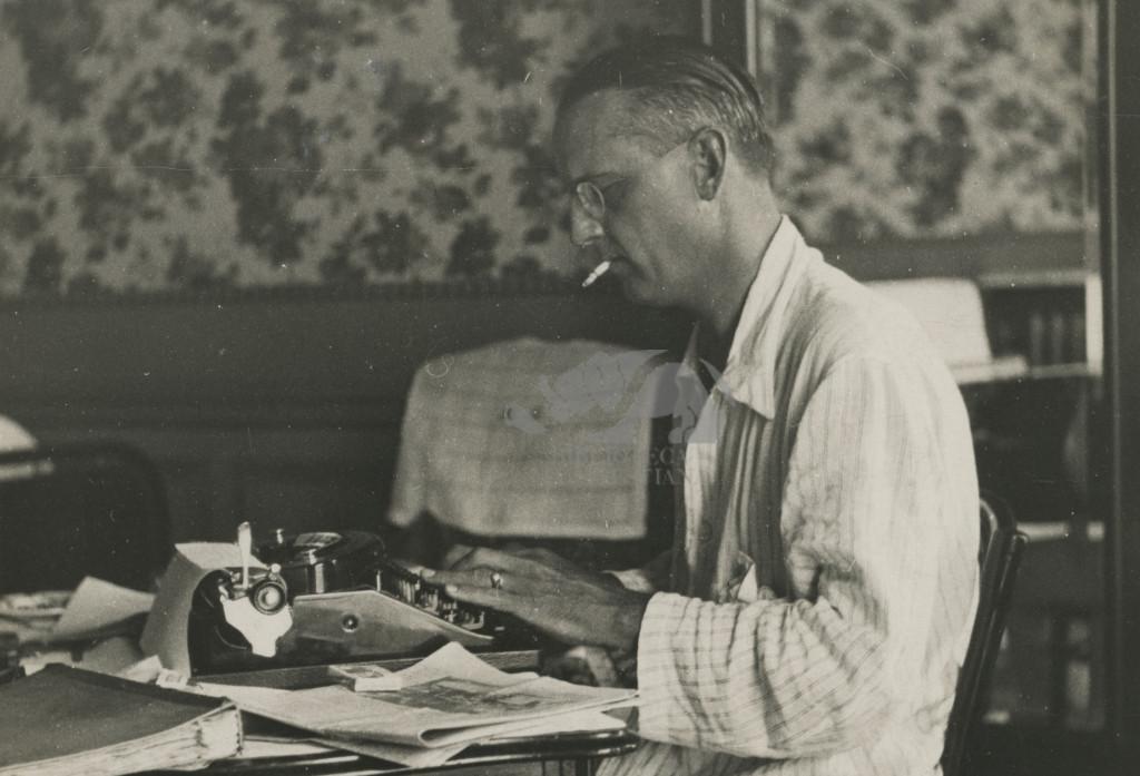 Giro di Francia, Nizza 1933. Ambrosini alla macchina da scrivere. Foto C. Gherlone
