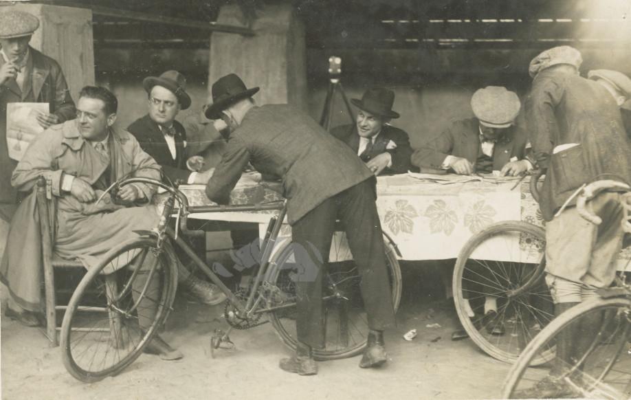 Giro d'Italia 1913, punzonatura: Giuseppe Ambrosini al tavolo della registrazione. Foto L'Ambrosiano