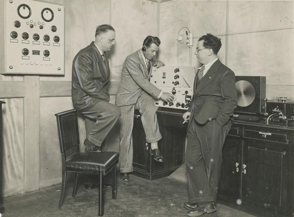 "A ""La Stampa"", 1938: a una postazione radio. Foto C. Gherlone"