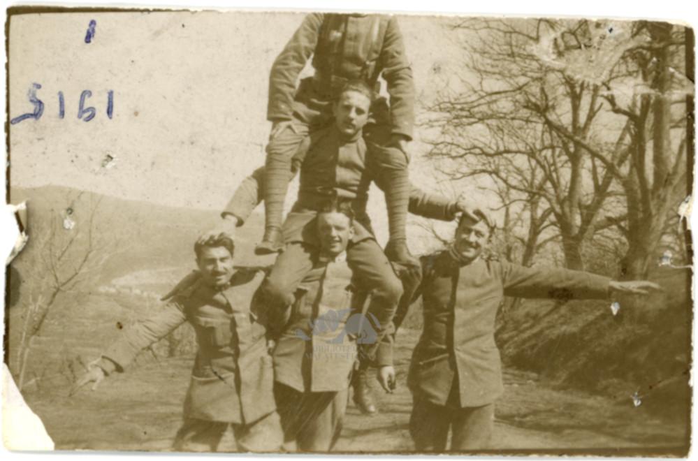 1915: Ambrosini, al centro, regge tutti
