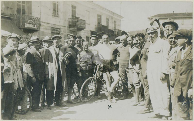Ciclista in mezzo ad altre persone 1911