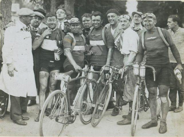 Tour 1930: attorniato da Emilio Colombo, Binda, Giuntelli, Gremo, Guerra e Goddet
