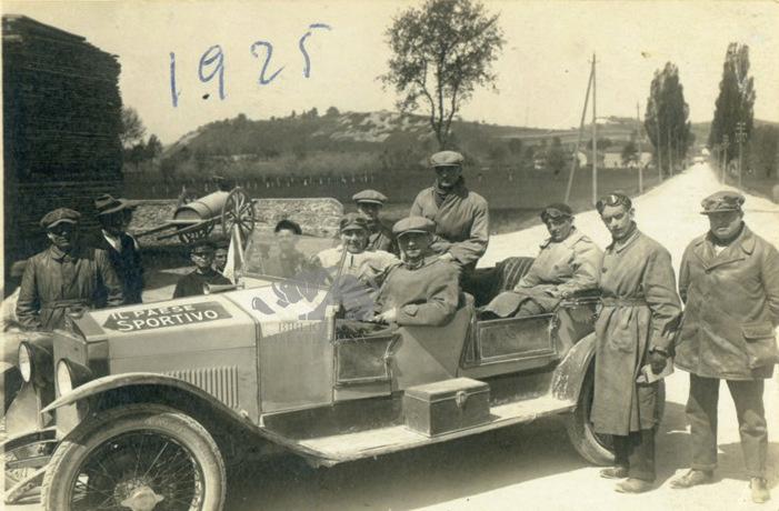 """Giro del Piemonte, 1925: Ambrosini sull'auto de """"Il paese sportivo"""""""