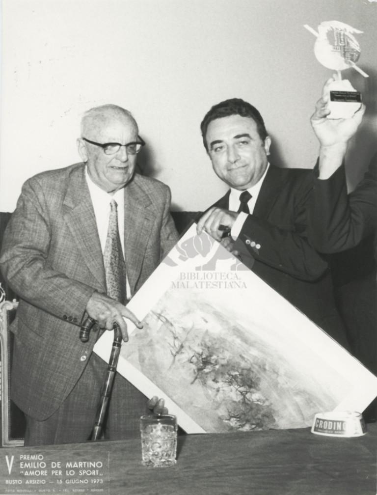 """5. Premio Emilio De Martino """"amore per lo sport"""" Busto Arsizio, 15 giugno 1973: riceve il premio da Bruno Raschi"""