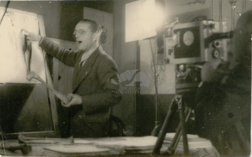Cesena, corso, 1943. Giuseppe Ambrosini mentre insegna. Foto L. Bordin