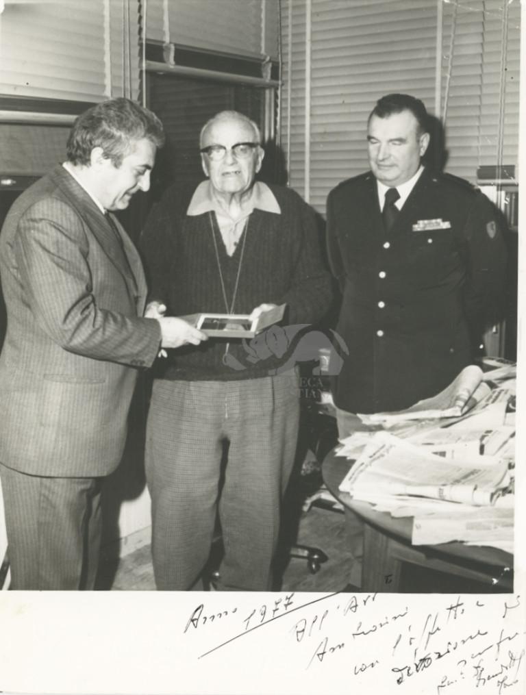 Consegna di una targa a Ambrosini, 1977