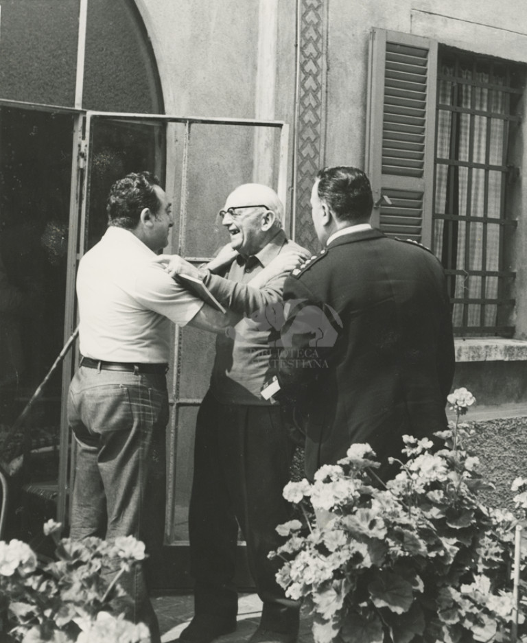 Giro d'Italia 1976, Vincenzo Torriani in visita  nella villa di Giuseppe Ambrosini